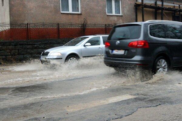 Cesta v Neresnici bola znova pod vodou.