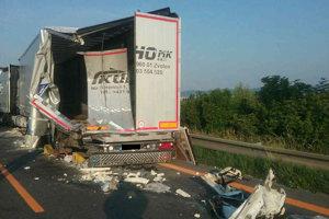 Pred Bratislavou sa zrazili dva kamióny a dodávka.