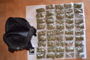 Mužovi pri domovej prehliadke zaistili viac ako kilogram marihuany.