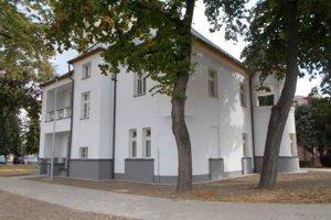 V priestoroch Russayovej vily v Sobranciach vystavuje regionálny umelec František Kalanin.