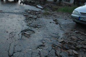 Aj hlavnú cestu voda na viacerých miestach zničila.