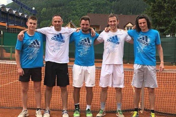 Víťazná zostava. Zľava Boris Herman, Miloš Herman, Daniel Vala, Peter Pištek a Matej Baliak.