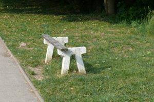 Niektoré lavičky treba vymeniť.