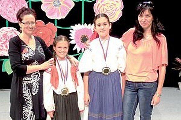 Zľava učiteľka Danka Štrauchová, Terezka Podhradská, Paulínka Piláciková a učiteľka Jana Hoštáková.