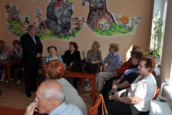 Seniori z Denného centra na ulici A. Kmeťa.
