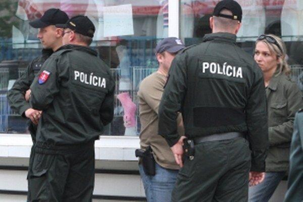Polícia po neznámom páchateľovi pátra.
