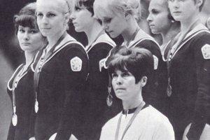 Československé reprezentantky v športovej gymnastike, Marianna Krajčírová je prvá zľava.