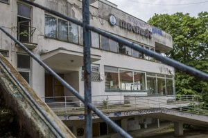 Chátrajúca liečebňa Machnáč v Trenčianskych Tepliciach.