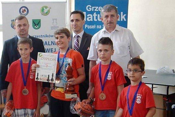 Mladí žilinskí šachisti s ocenením.