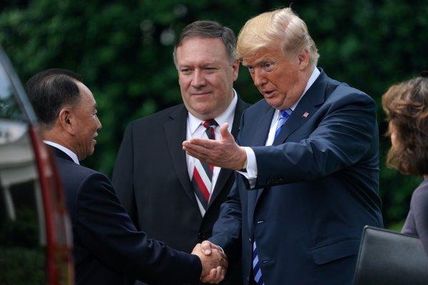 Donald Trump si podáva ruku s predstaviteľom KĽDR Kim Yong Cholom.