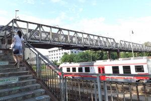 Mestská lávka pre peších vedie ponad železničnú stanicu, spája Staré mesto s Čermáňom.