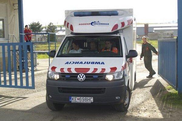 Záchranári previezli muža do žilinskej nemocnice.