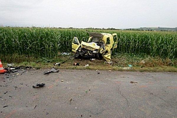 Obe autá po zrážke odhodilo do poľa vedľa cesty.