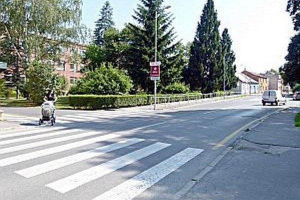 Aj pred školou na Komenského ulici by mali od septembra dohliadať seniori na bezpečný prechod žiakov cez cestu.