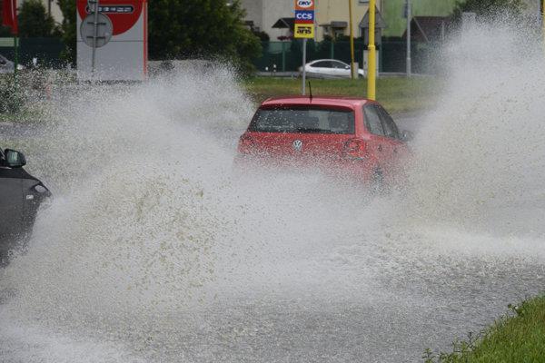 Na snímke po každej búrke stojí voda na ceste Jána Pavla II pri čerpacej stanici.