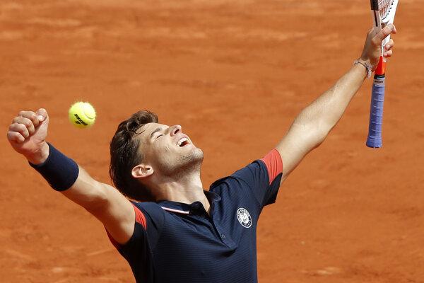 Dominic Thiem postúpil v Paríži do štvrťfinále.