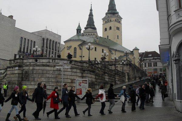 Živá reťaz sa ťahala aj na Mariánske námestie a Národnú ulicu.