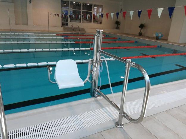 Súčasťou vybavenia bazénu je zariadenie pre imobilných.