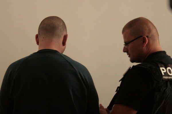 Lúpežník z krompašskej banky predstúpil v pondelok pred súd, ktorý rozhodoval o jeho väzbe.