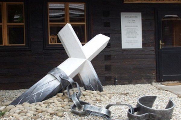 Symbolický Jánošíkov hrob na Jánošíkovom dvore v Zázrivej.