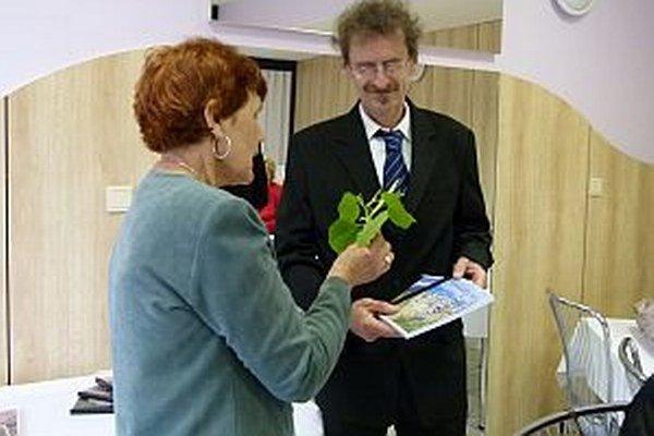 Sedem nových kníh pokrstili lipovou vetvičkou. Na snímke Viera Procházková a Miroslav Králik.
