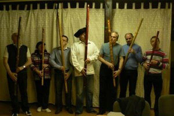 Účastníci kurzu v hre na fujaru.
