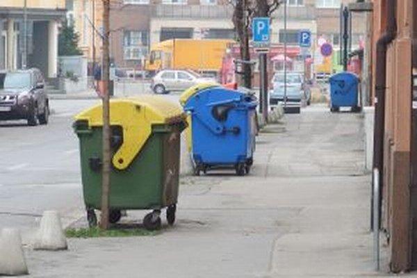 V meste je množstvo kontajnerov na odpad.