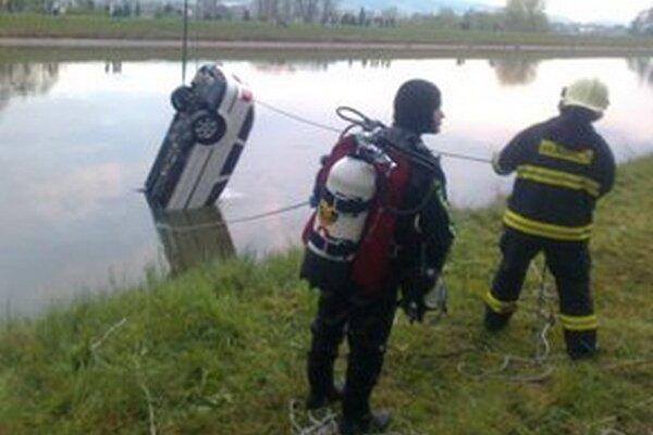 Vyťahovanie auta z Vážskeho kanála.