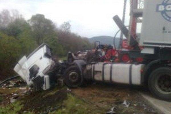 Pre nehodu kamióna s osobným autom bola cesta medzi Žilinou a Čadcou neprejazdná.