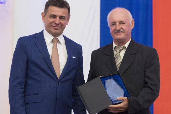 Na snímke vľavo minister životného prostredia SR László Sólymos a vpravo si cenu ministra životného prostredia prevzal Ľudovít Gaál.