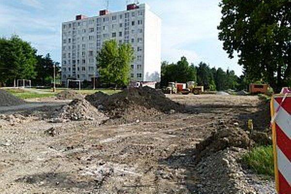 Na výstavbe nového parkoviska sa pracuje.