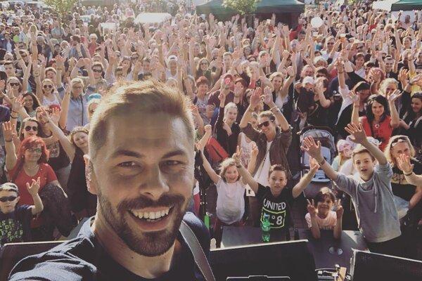 Adam Ďurica si festivaly poriadne užíva. Ako väčšina hudobníkov ani on nemá veľa času navštevovať ich ako účastník, no takýto pohľad z pódia vykompenzuje všetky túžby po letnej dovolenke pri mori.