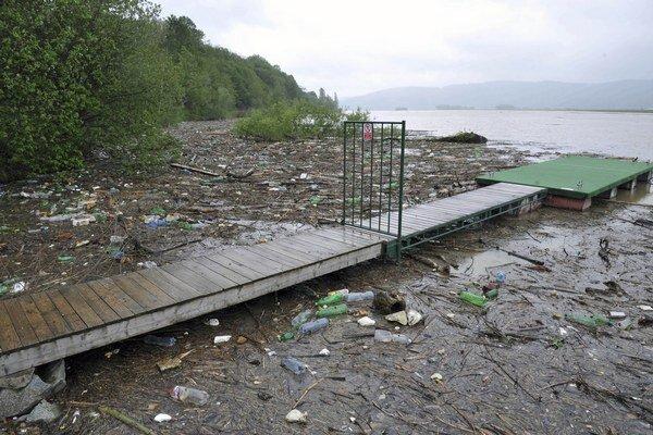 Odpadu je na Vodnom diele stále dosť.