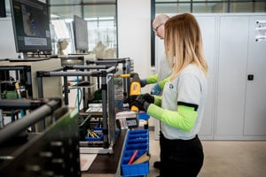 V tréningovej akadémii Jaguar Land Rover si zamestnanci skúšajú výrobu.
