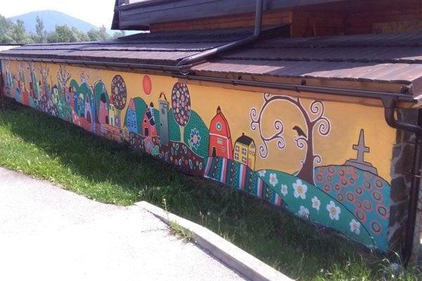 Plot namaľovali žiaci zo strečnianskej základnej školy.