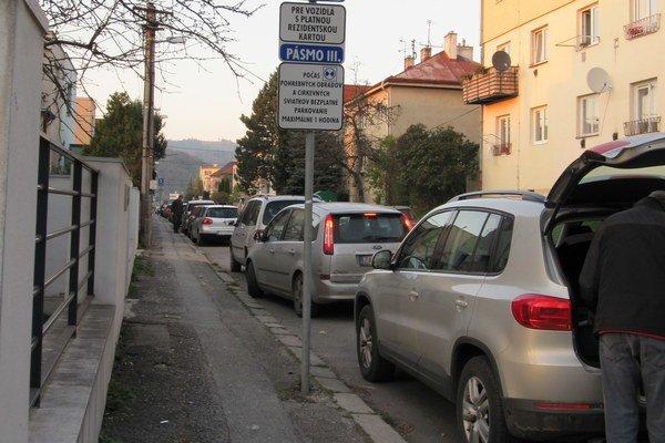 Pozdĺžne môžete zadarmo parkovať hodinu na Ulici Martina Rázusa, Na Šefranici a na Ulici Ulica Fedora Rupeldta.