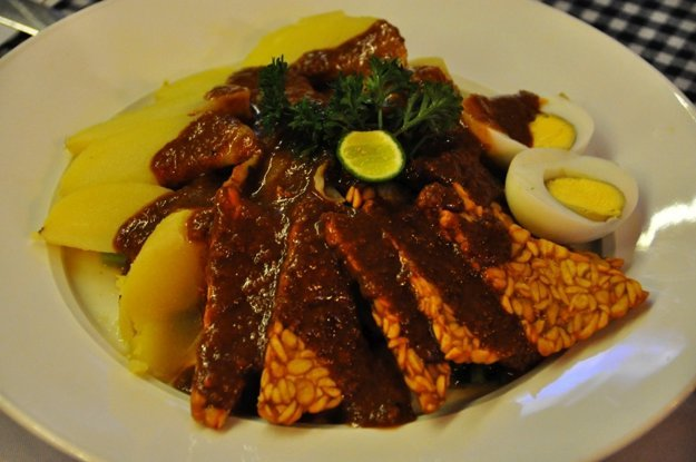 Gado gado je indonézsky šalát s arašidovou omáčkou