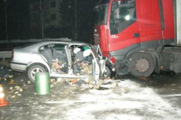 Pri dopravnej nehode sa ťažko zranili vodič Octavie, jeho 34-ročná spolujazdkyňa a 3-ročný chlapec.