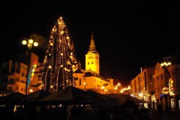 Mesto tento rok na vianočnú výzdobu a oslavu Silvestra veľa neminulo.
