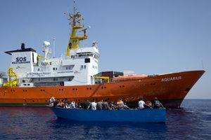 Loď Acquarius pomáha migrantom v Stredozemnom mori.