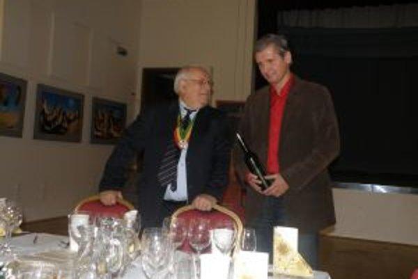 Sudcovia vína Ladislav Čierny (vľavo) a Branislav Fischer.Kolegom, rytierom, predstavili kvalitné vína z Horných Orešian