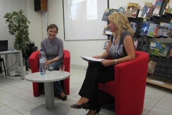 Beáta Jarošová (vľavo), autorka víťaznej knihy v kategórii beletria v Knihe Horného Považia 2010.