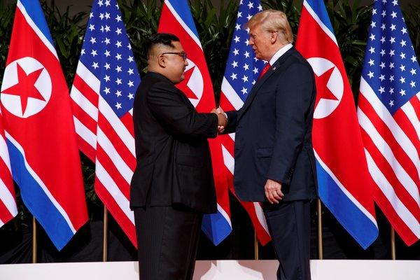 Stretnutie sa začalo historickým podaním rúk.