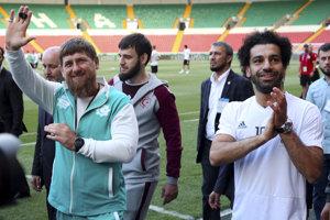 a0b70940f6c6f Mohamed Salah (vpravo) prišiel na štadión v bielom drese svojej  reprezentácie, Kadyrov mal