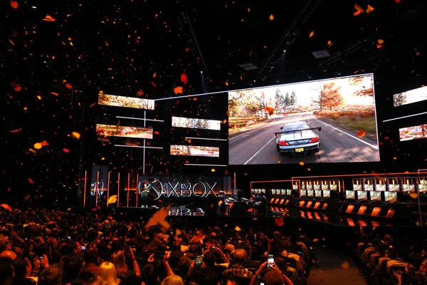Predstavenie hry Forza Horizon 4, v ktorej sa budú meniť štyri ročné obdobia, sprevádzalo aj padanie listov priamo v hale.
