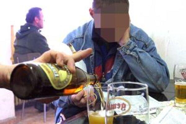 Niektorí ľudia si berú alkohol aj domov. Ak sú doma agresívni, môžu skončiť pred súdom.