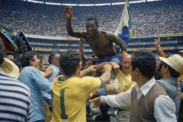 Pelé sa raduje z triumfu Brazílie na MS 1970.