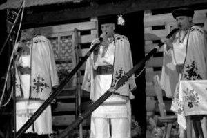 Program začali fujary. Na stretnutí heligonkárov v Kamennej Porube nechýbali fujary, fujara trombita, akordeón, husle, či drumbľa. Na fotke Jozef Mikulášek a Ľubomír Janec a Ján Šulík.