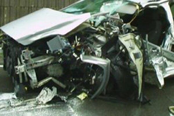Auto bolo po zrážke s nákladiakom zdemolované.