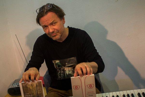Július Fujak so svojimi knižnými novinkami.